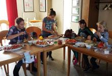 Mädchentreff 1 beim zubereiten des Fingerfoods